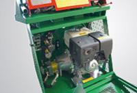 Benzinmotor és vezérlő szervek, védett és különálló helyen.