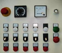 Központi vezérlőpanel időzítővel és kontroll fényekkel.