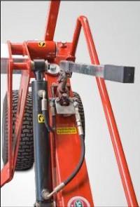 Kézi pumpa a műfű-tekercsek egyszerű emeléséhez és leengedéséhez